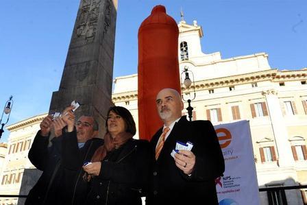 Mega-condom-a-Montecitorio_full